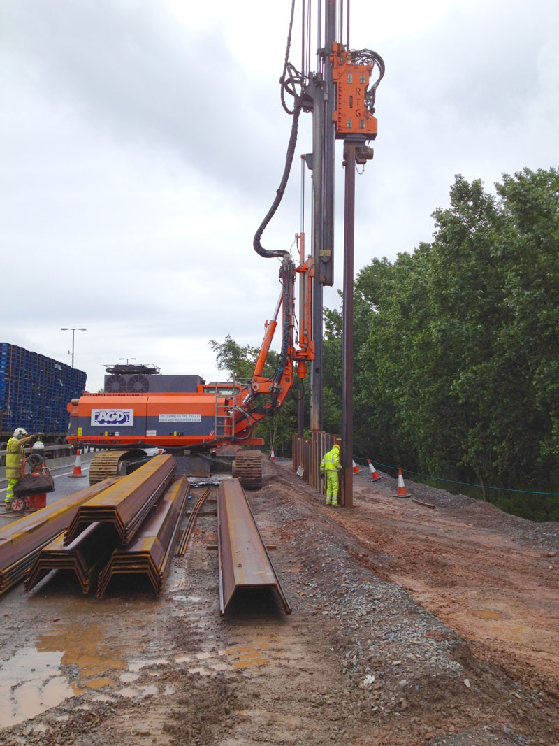 Telescopic leader rig steel piling works